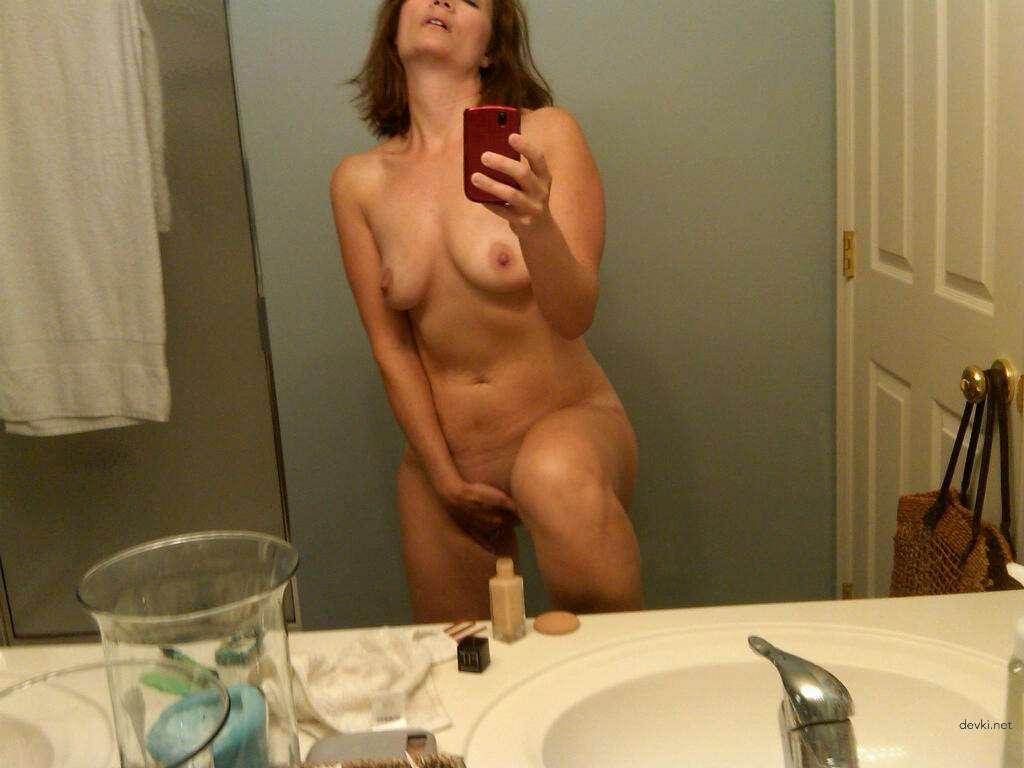 Милфа в ванной комнате делает селфи для мужа