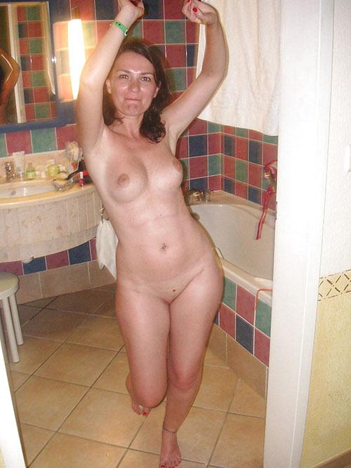 Позитивная женщина с красивыми женскими прелестями в ванной