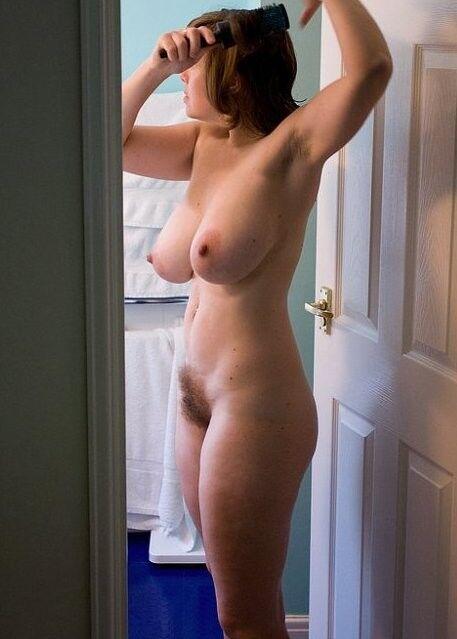 Муж сфоткал голую жену, пока она не видит