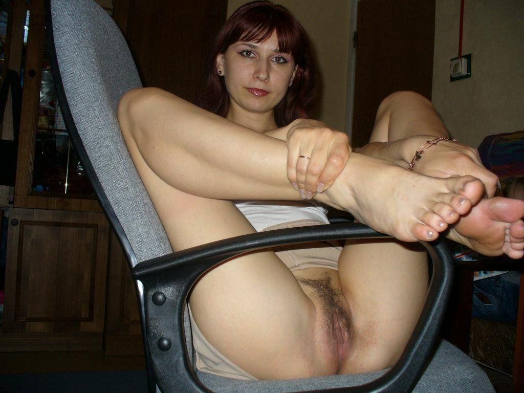 Баба в кресле с раздвинутыми ножками светит небритой писькой