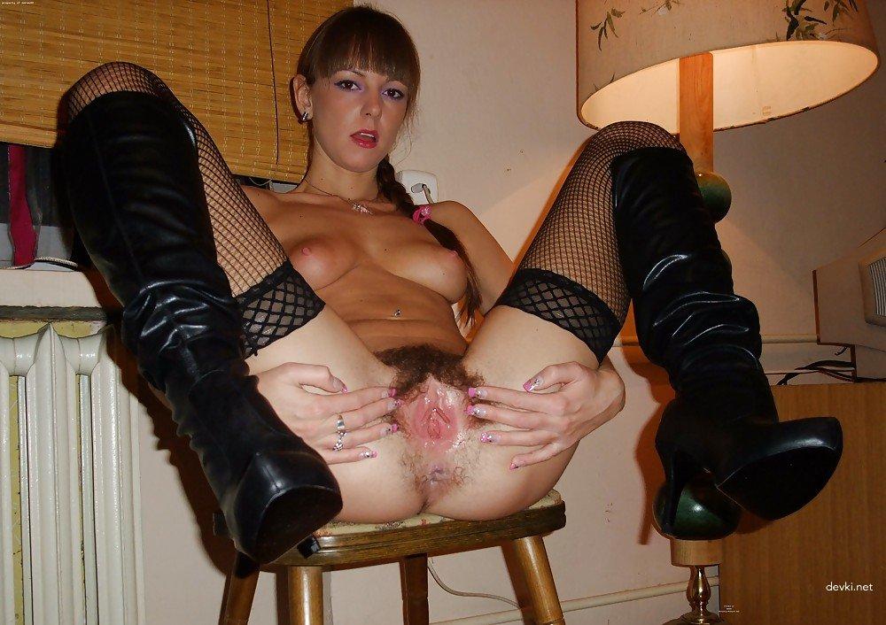 Сексуальная мамка в черных чулках и сапогах светит небритой писей между ног