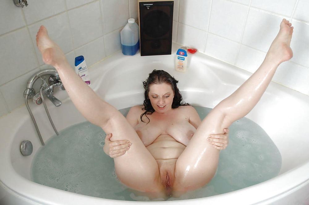 Бабенка широко раздвинула ноги в ванне
