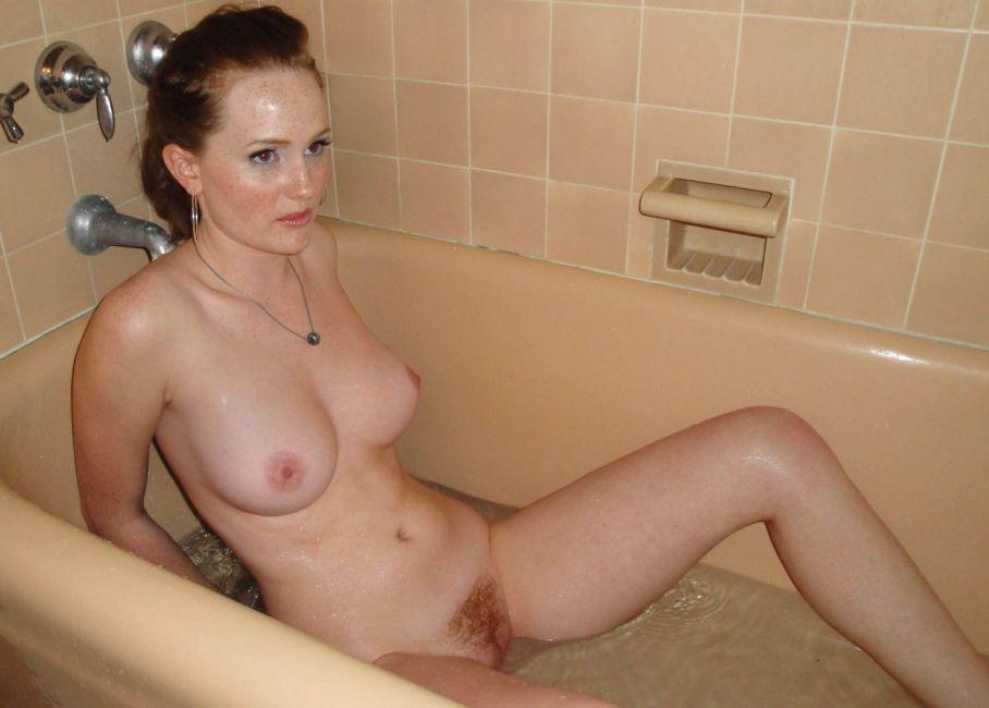 Рыжеволосая мамка с красивой грудью и рыжей писей в ванне