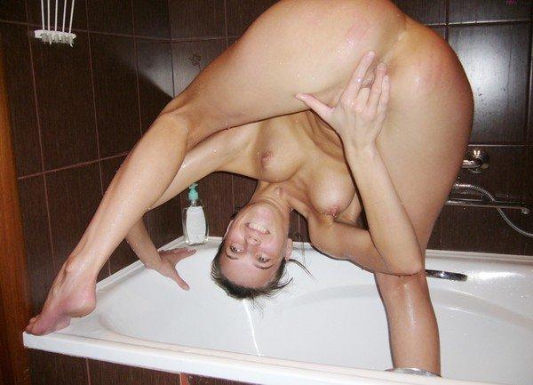 Жена мастурбирует в ванне став раком