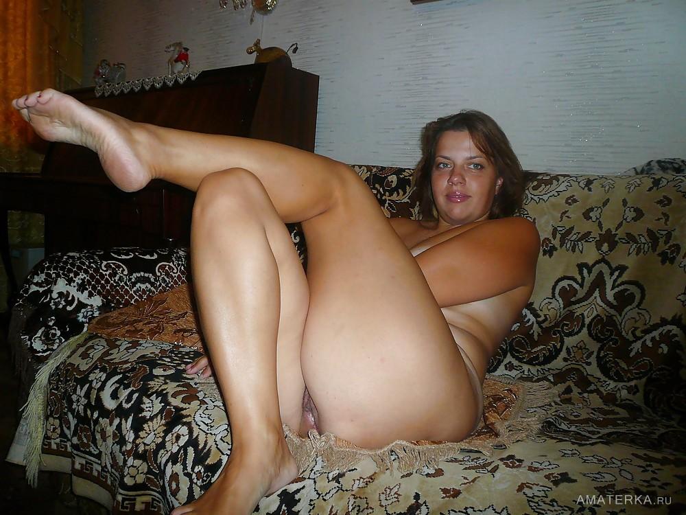 Голая баба друга на диване