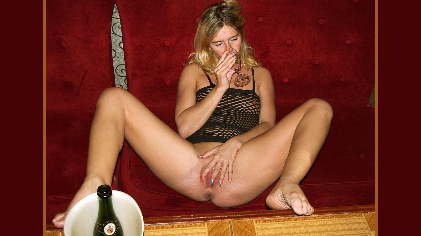 Жена пьет вино сняв трусы