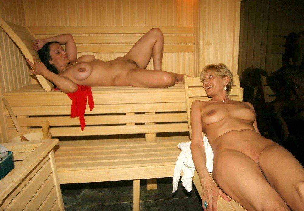 Две женщины в возрасте отдыхают в сауне