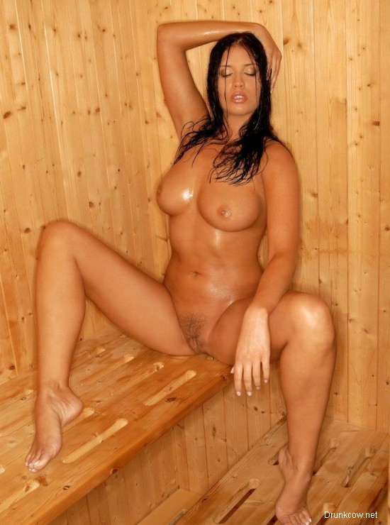 Сисястая женщина раздвинула ноги и представляет, как ее трахают в бане