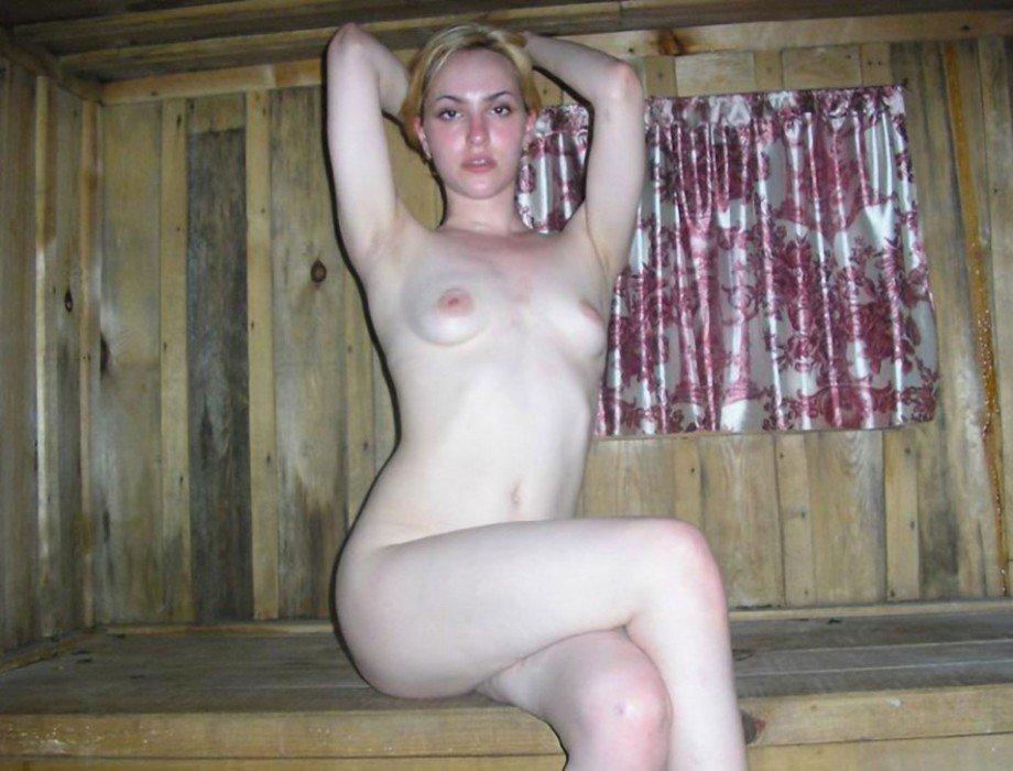 Русская красавица со светлыми волосами, голышом в баньке