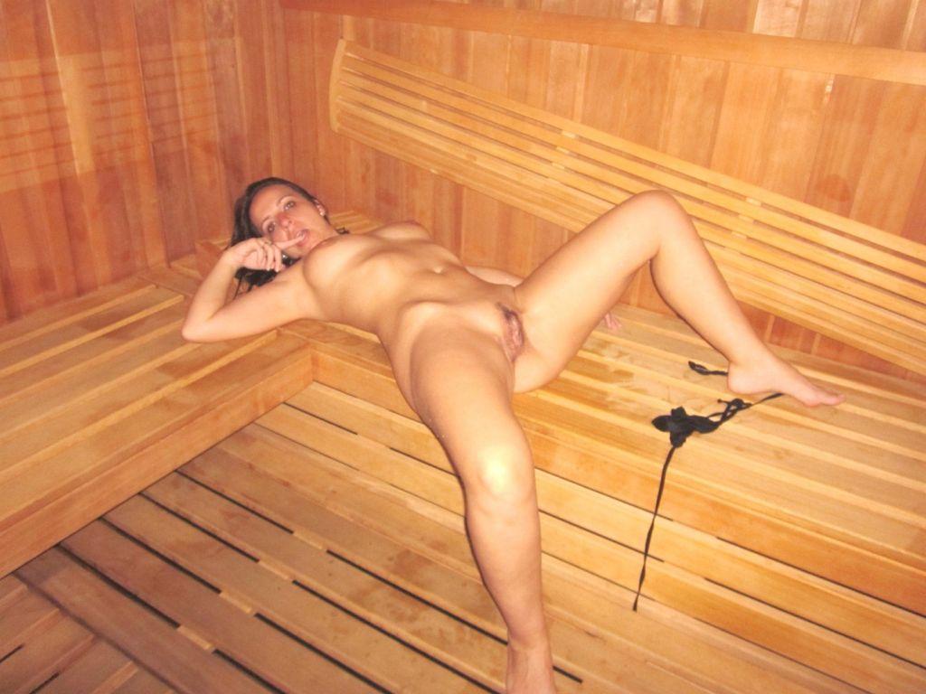 Сексуальная брюнетка с длинными ногам, сняла трусики и лежит раздвинув ноги и показывая свою интимную стрижку на писе