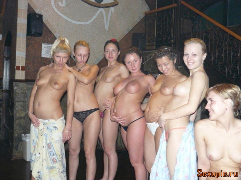 Семь голых проституток в бане
