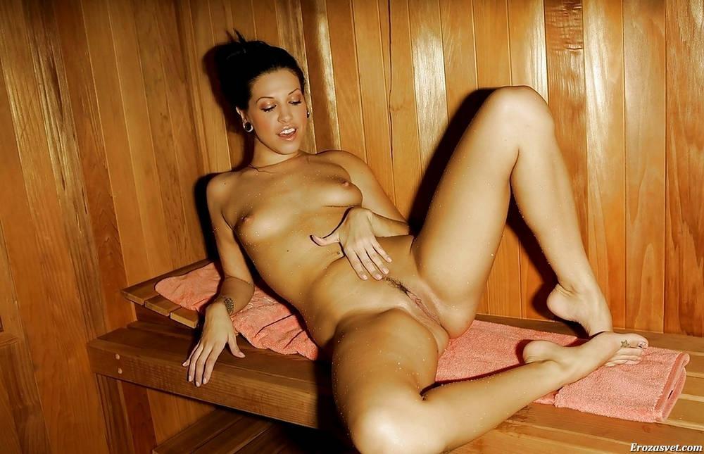 Голенькая шатенка в бане