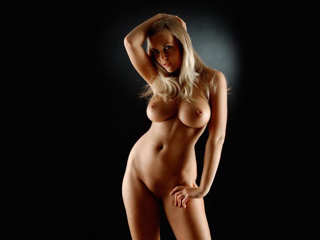 Знойная блондинка с широкими бедрами