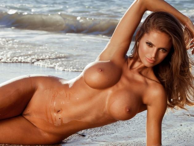 Молодая красавица с голой грудью