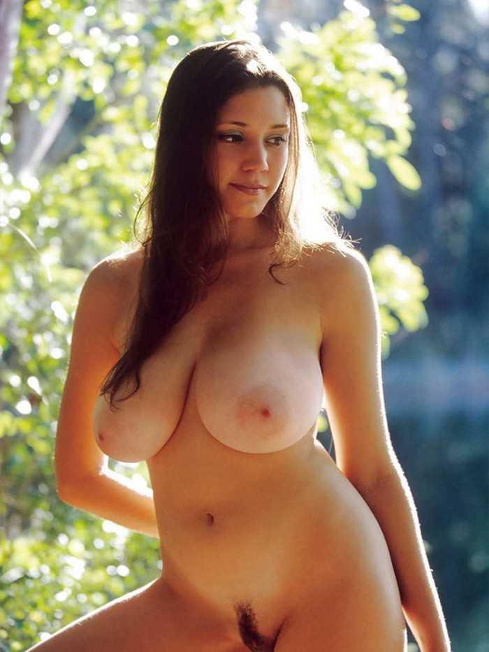 Скромная красавица с большой голой грудью на природе