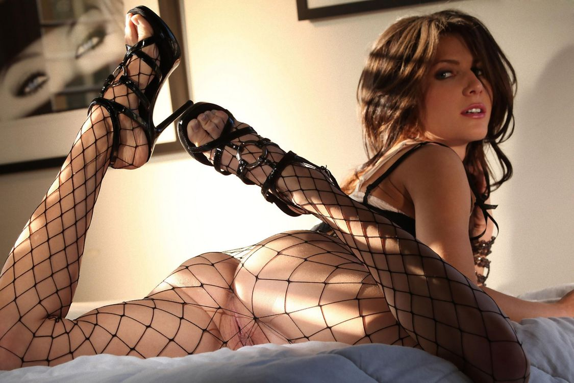 Девушка в сексуальных черных колготках в крупную сетку