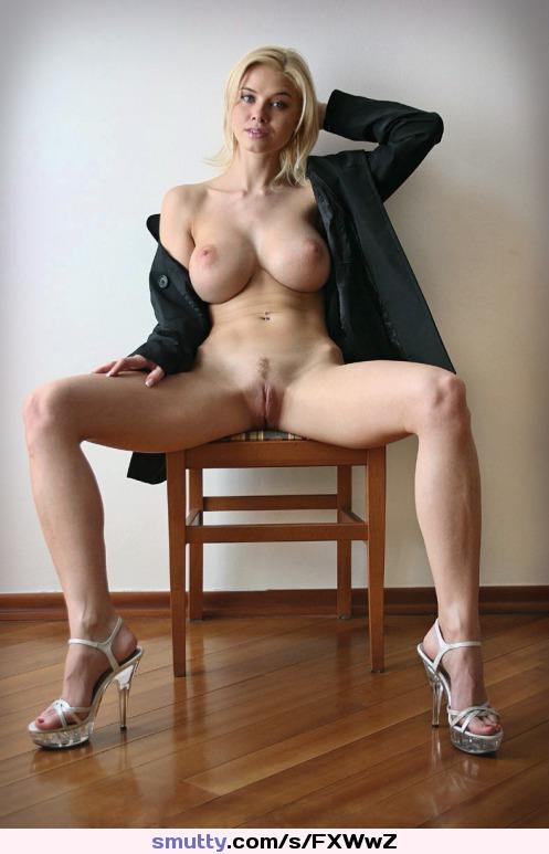 Телочка с большими  сиськами и красивой фигурой раздвигает свои голые ноги