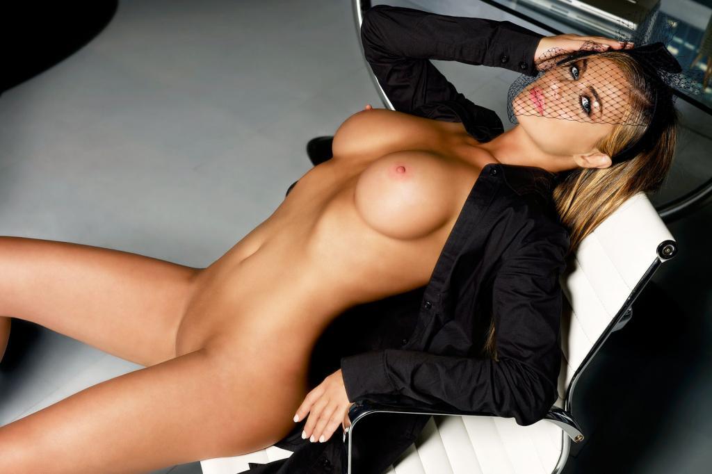 Привлекательная голая телка с упругими сиськами и в черной вуали