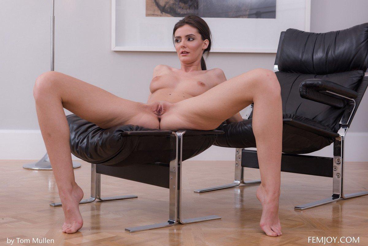 Приготовилась к траху на кресле