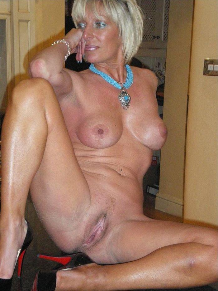 Голая женщина с интимной стрижкой на лобке