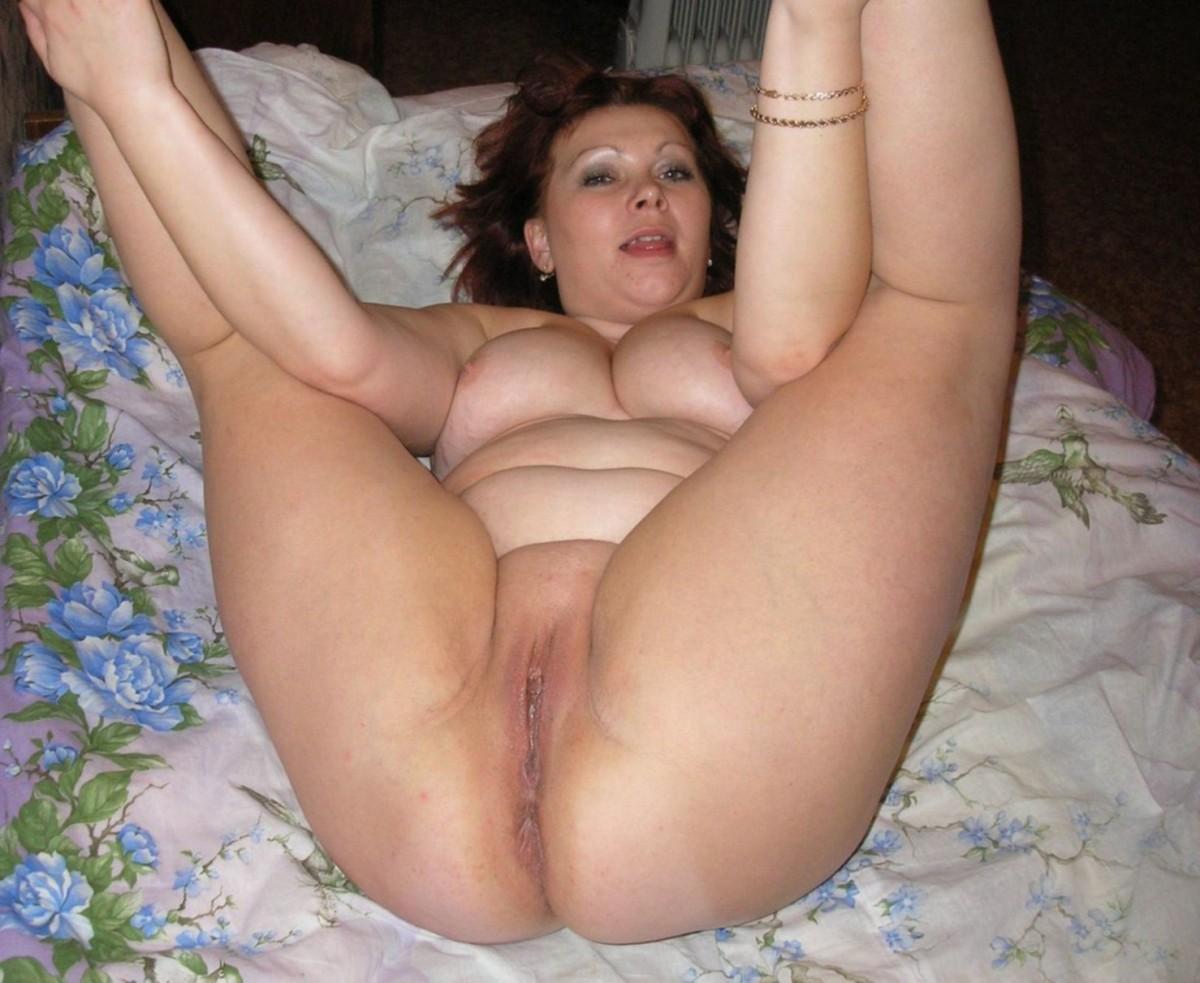 Домашнее фото зрелой женщины с задранными вверх голыми ногами