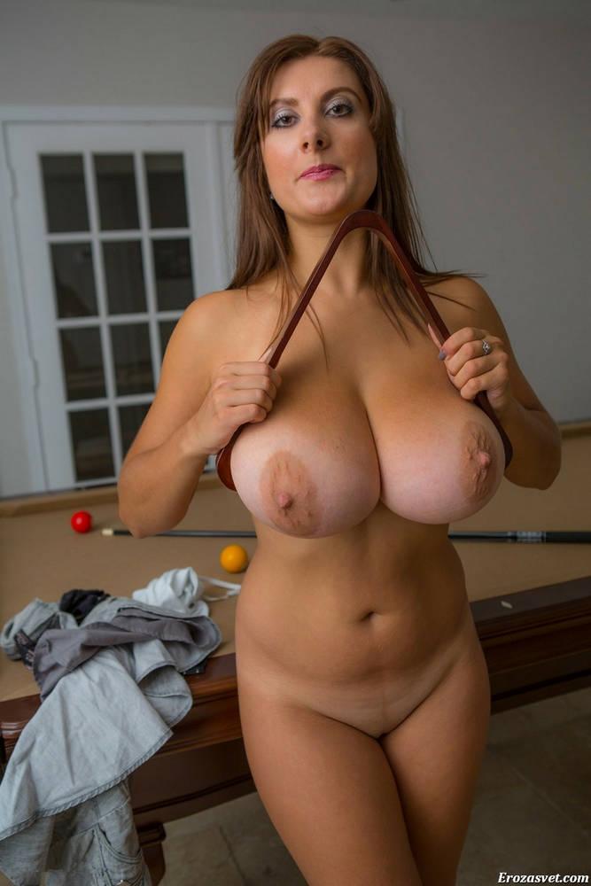 Красивая голая женщина в возрасте с большими сисями