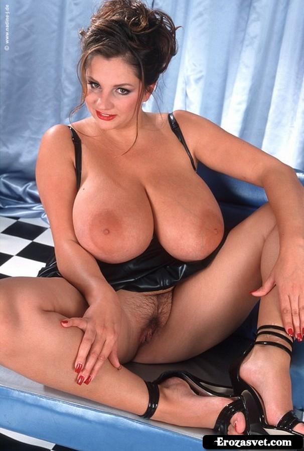 Сексуальная мамка с огромной грудью и раздвинутыми ногами