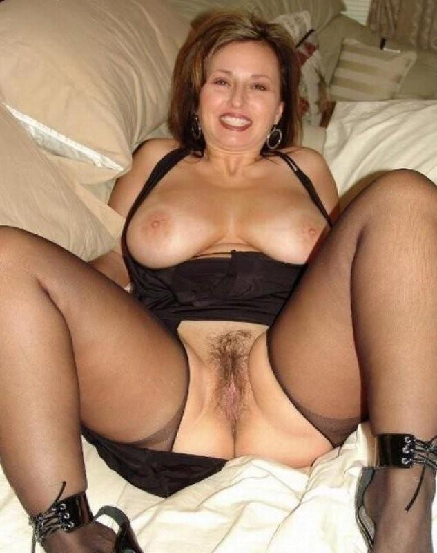 Сексуальная женщина с голой пиздой и красивой грудью