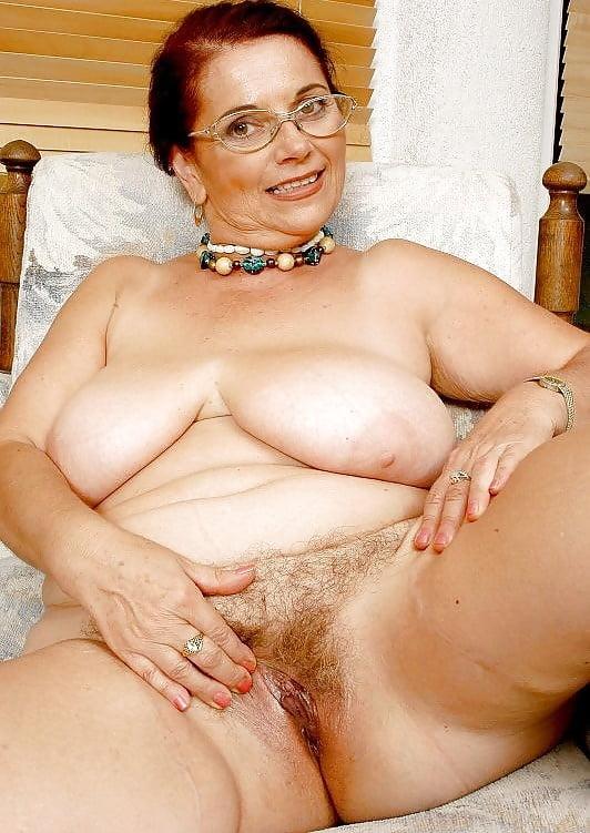 Баба с волосатой пиздой и обвисшими сиськами
