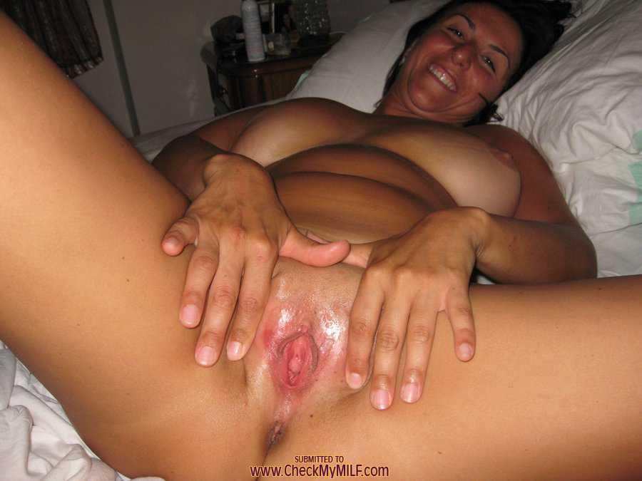 Развратно раскрыла половые губы и показала свое влагалище