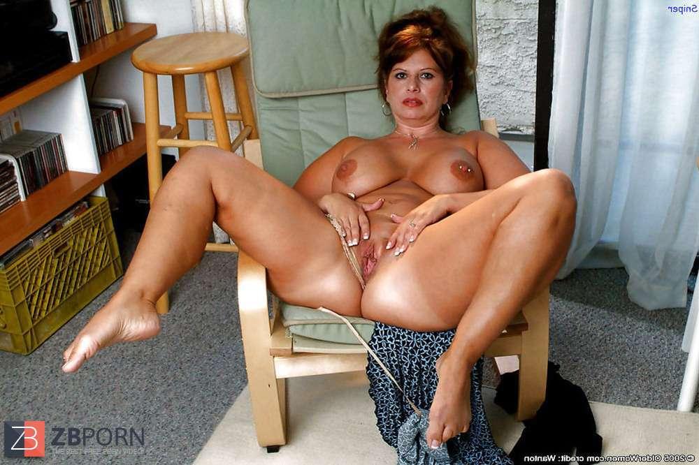 Рыжеволосая милфа с большой грудью и толстой попой