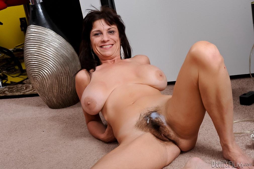 Женщина с большими сиськами и волосатой писькой, залитой спермой после секса