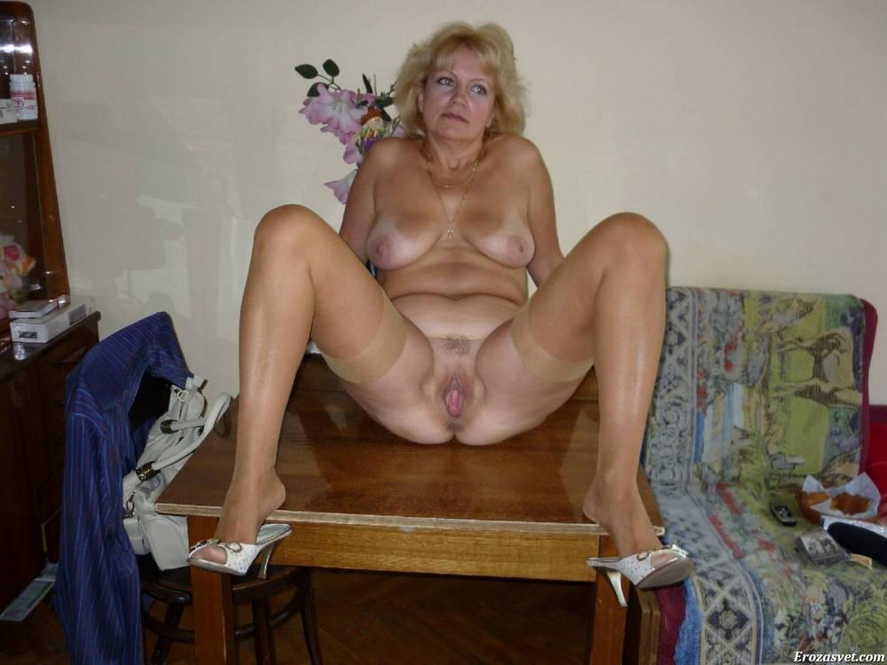 Зрелая русская баба раздвигает ноги на столе