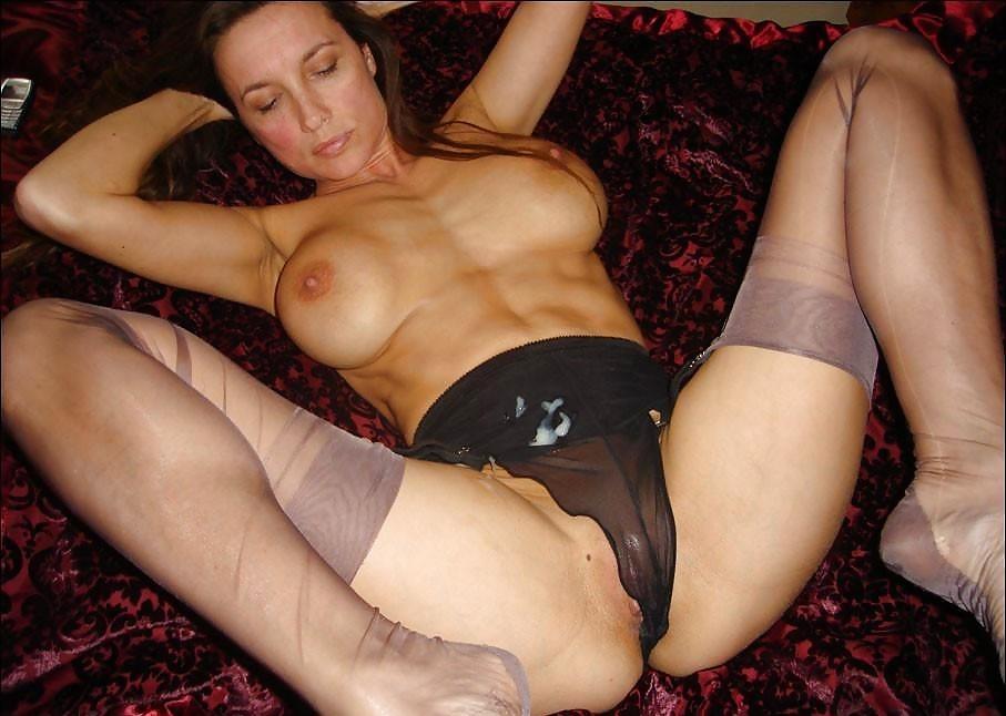 Женщина с большой красивой грудью в колготках, залитых спермой после траха