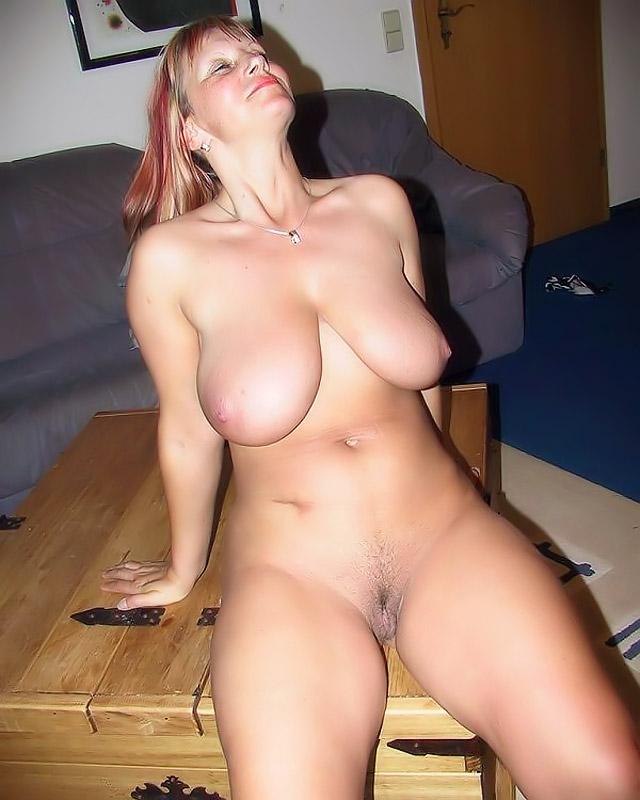 Домашнее фото голой красотки на столе