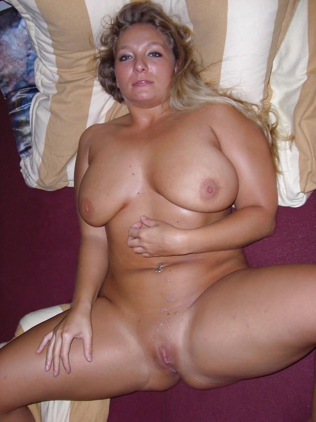 Красивая женщина на частном фото лежит голой на кровати