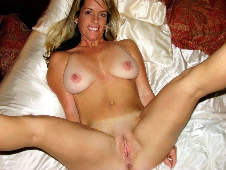Интимное фото красотки дома на кровати после секса