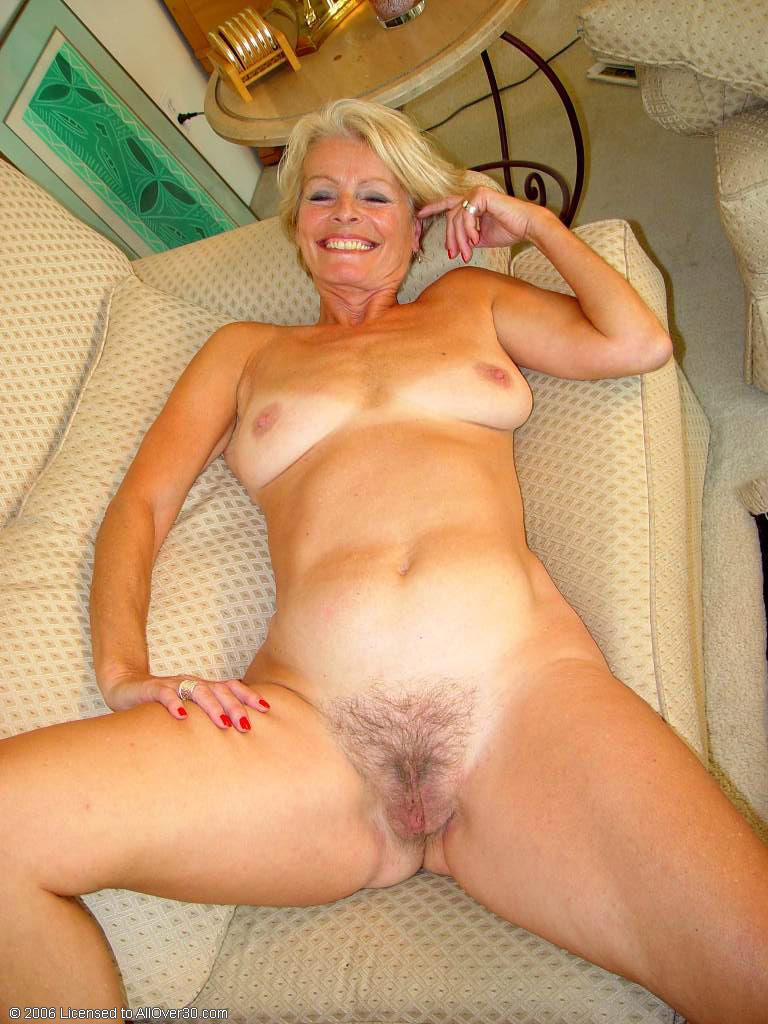 Домашнее фото голой бабушки на диване