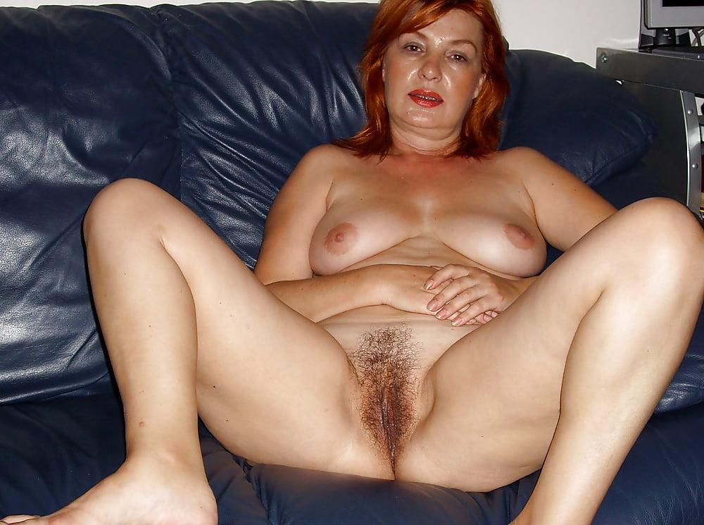 Домашнее фото русской женщины на диване