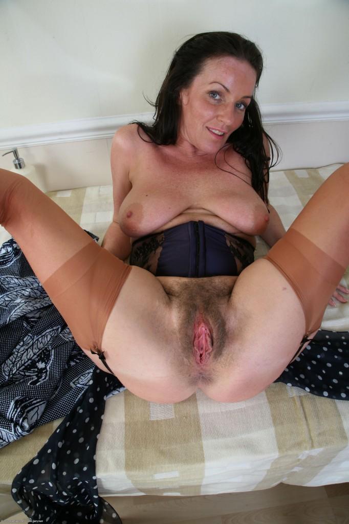 Частное фото взрослой женщины с раздвинутыми ногами дома