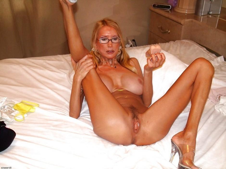 Красивая голая женщина после 50, задирает ногу и показывает писю
