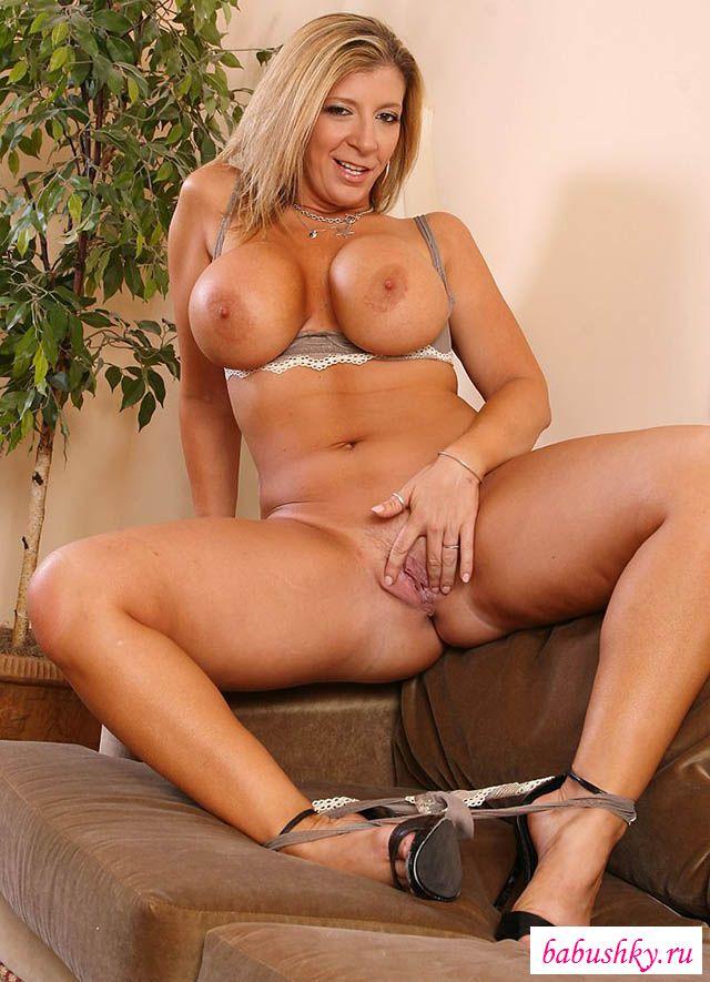 Голая 50-летняя женщина с большой грудью