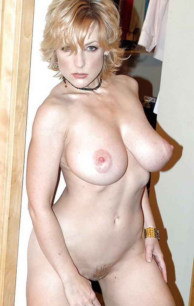 Пышный бюст женщины за 50