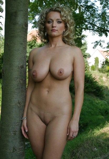 Блондинка возле дерева в полный рост