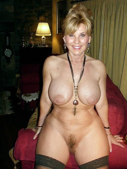 Домашнее фото красивой голой женщины в возрасте