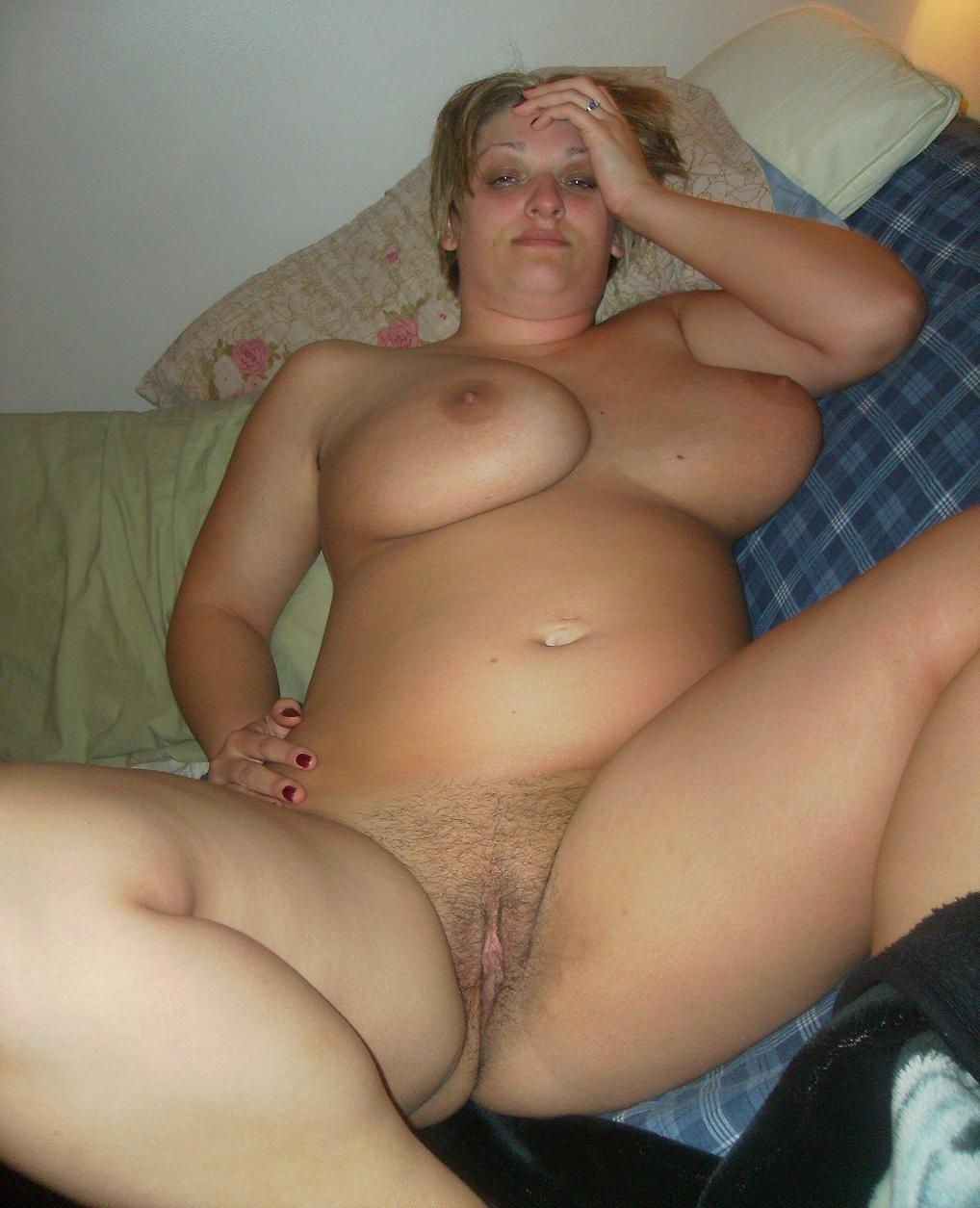 Голая русская женщина с пышной фигурой на кровати
