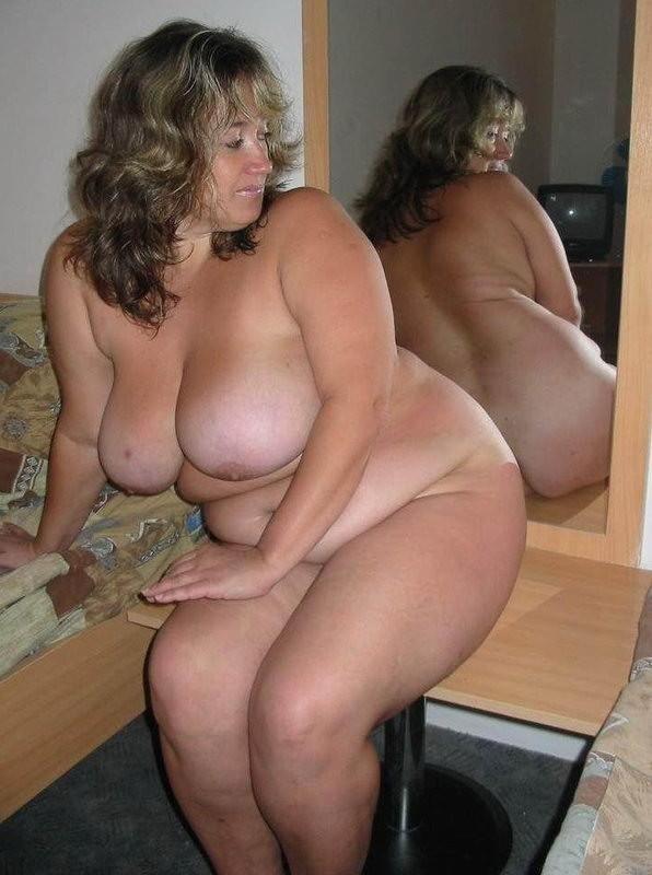Жопастая баба с обвисшими сиськами возле зеркала