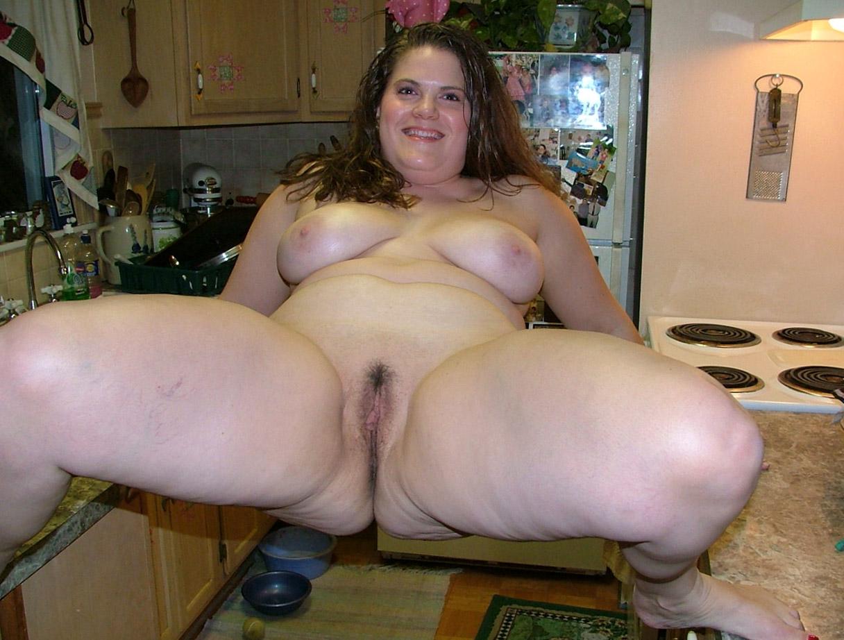 Толстуха с пышными формами позирует голой на кухне