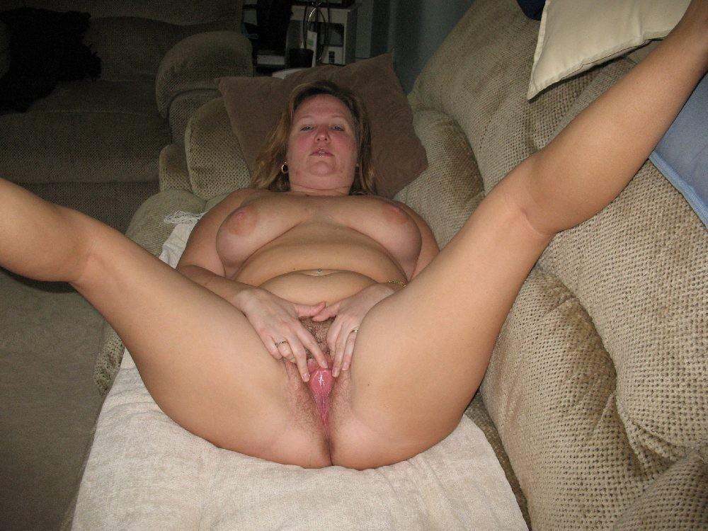 Пожилая голая женщина раздвигает свою пизду пальцами