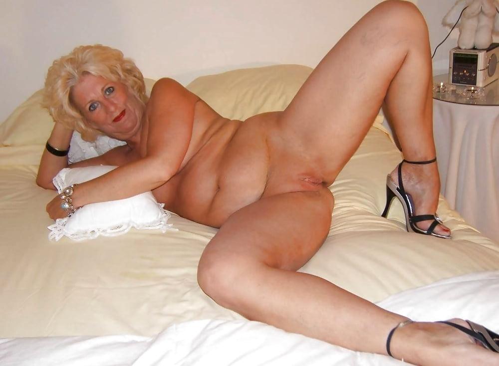 Голая баба дома на кровати